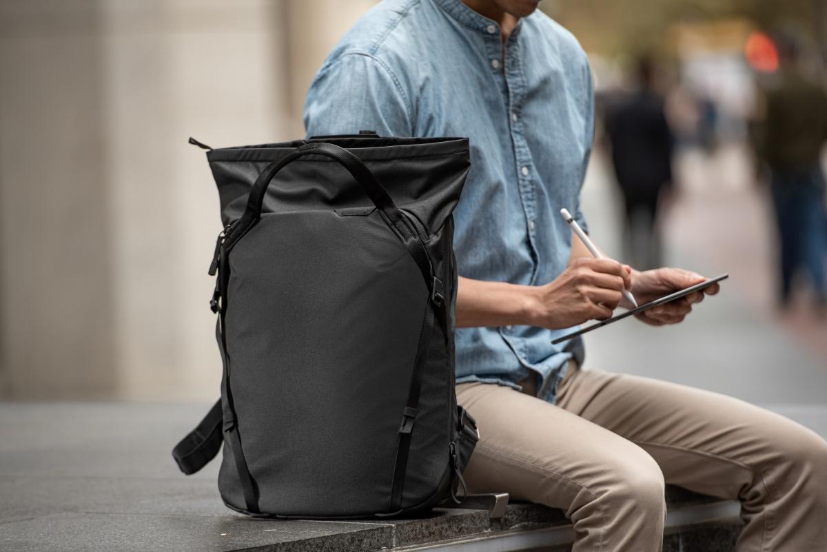シニアのバッグは、とにかく軽い素材で両手がフリーになる3Wayを選びたい。